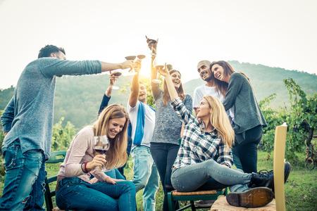 Grupo de amigos en el restaurante al aire libre - Las personas que tienen la cena en un jardín Foto de archivo - 81940596