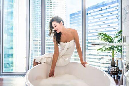 mujer bañandose: Joven, atractivo, mujer, relajante, en, baño, con, espuma