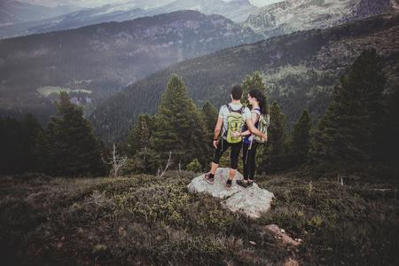 Paar trekking op de berg Stockfoto