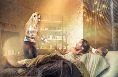 다른 여성과 침대에서 남편을 찾는 아내 스톡 콘텐츠