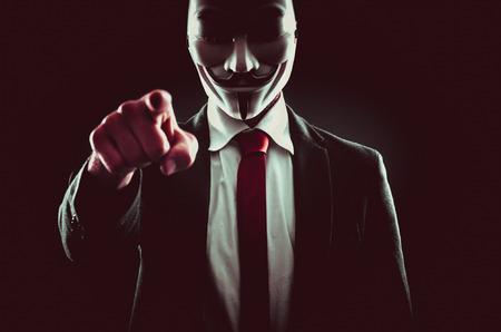 MILÃO, ITÁLIA, 8 DE MAIO DE 2017. Caráter anônimo com máscara. Anônimo é uma rede internacional de entidades ativistas e hackeristas associadas. Foto de archivo