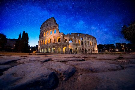 Mooi colosseum in Rome. Oriëntatiepuntfotografie over Italiaanse monumenten