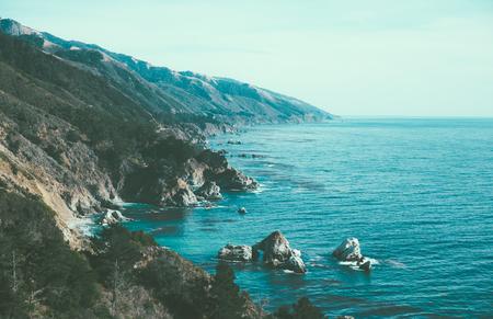 절벽과 바다를 볼 수있는 큰 sur 주위 풍경 스톡 콘텐츠