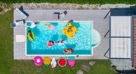 Vrienden in een zwembad Stockfoto