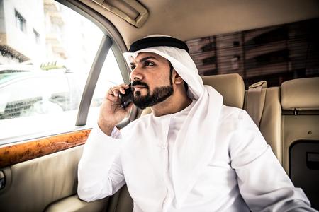 彼の高級車のアラビア人