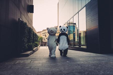 Teddybeer en panda met plezier in de stad Stockfoto