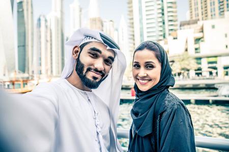 야외에서 데이트하는 전통적인 옷을 입은 아랍 커플