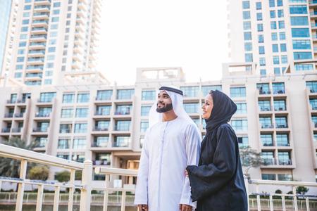 Couple arabe avec des vêtements traditionnels datant extérieur Banque d'images - 90061298