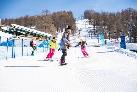 친구와 함께 겨울 휴가 스키 - 스키에 눈이 재미 그룹 스톡 콘텐츠