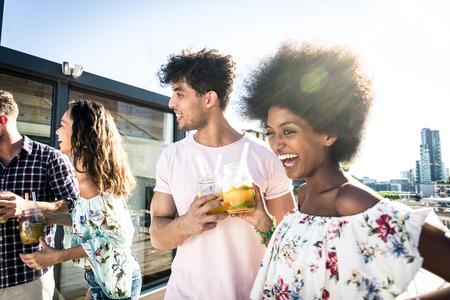 쌓기를 그룹화하고 옥상에서 파티가있는 친구의 쌓기를 그룹 - 행복한 사람들이 본딩하고 재미