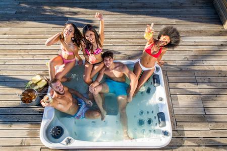 Multi-etnische groep vrienden die partij op dak hebben - Gelukkige mensen die en pret verbinden plakken Stockfoto