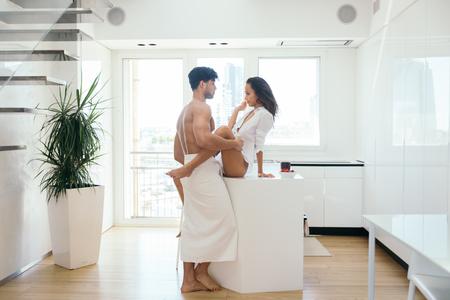 Beau couple dans un loft de luxe - petit ami et copine dans leur fête quotidienne à la maison Banque d'images - 90575195