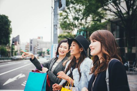 도쿄의 시간을 보내고 도시의 다른 지역에서 쇼핑하는 일본 여성 그룹