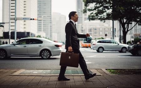東京の路上でシニア ビジネス人の時