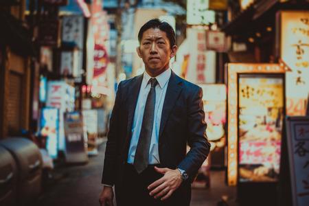 도쿄의 거리에서 수석 비즈니스맨 순간