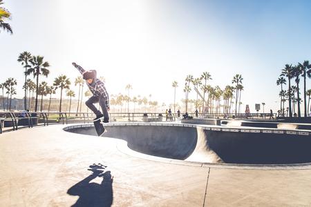 Cool skateboarder buitenshuis - Afro-Amerikaanse man springen met zijn skate en het uitvoeren van een truc