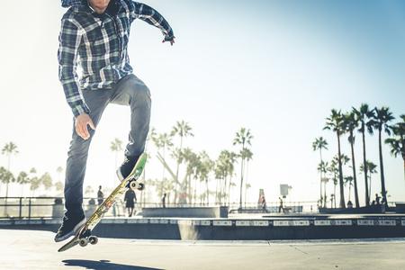 Cool skateboarder à l'extérieur - guy afro-américain sautant avec son patin et effectuer un tour Banque d'images - 90911154