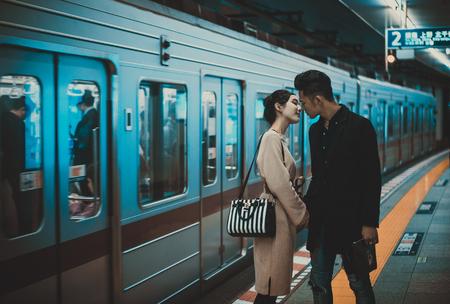 東京で一緒に過ごす若い日本人カップル 写真素材