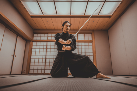 Samurai training in a traditional dojo, in Tokyo Imagens