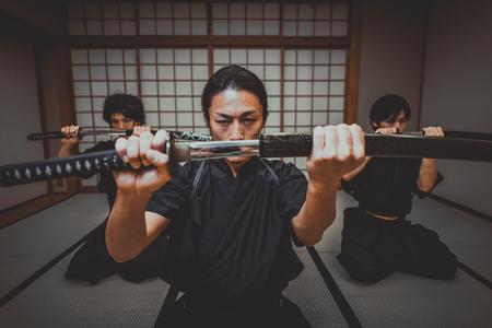도쿄의 전통적인 도장에서의 사무라이 연수 스톡 콘텐츠
