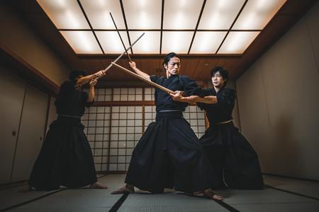 Samurai-Training in einem traditionellen Dojo in Tokio Standard-Bild