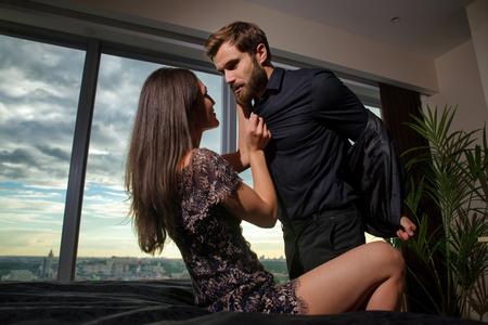 Para w domu - młodzi dorośli flirtują i miło spędzają czas w domu Zdjęcie Seryjne