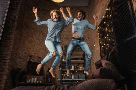 couple de jeunes adultes s & # 39 ; amuser à la maison