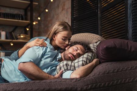 부부는 집에서 자고 여자는 그녀의 남자를 돌보고