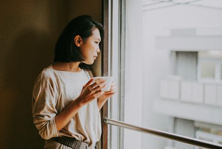 아름다운 일본 여자, 전통적인 도쿄 아파트의 생활 순간