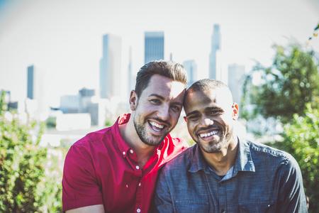 幸せなゲイのカップルは一緒に時間を過ごす