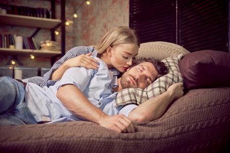 Momentos de pareja en el dormitorio. Hogar de vida domestica Foto de archivo - 91508769