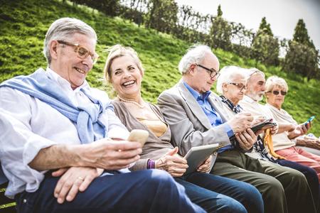 Grupo de pessoas sênior descansando em um parque - amigos maduros fazendo algumas atividades em um lar de idosos