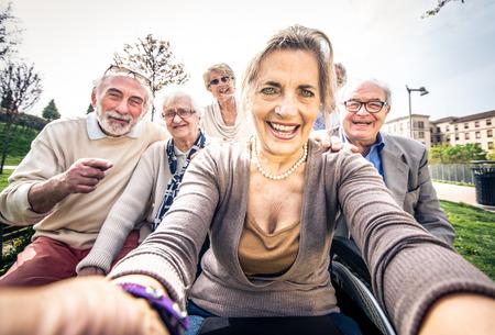 Groep hogere mensen met sommige ziekten die in openlucht lopen - Rijpe groep vrienden die tijd samen doorbrengen Stockfoto