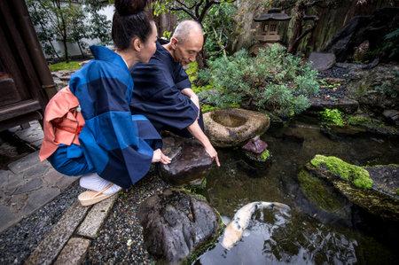 전통적인 일본 집에서 몇 고위 라이프 스타일 순간