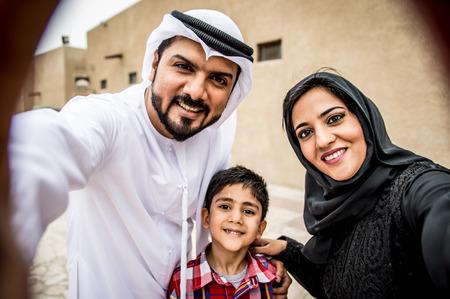 Retrato de família árabe na cidade velha Foto de archivo