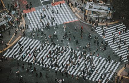 東京の通りを横断する人の集団