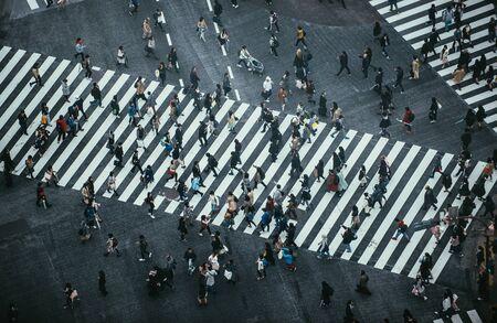 Massa de pessoas atravessando a rua em Tóquio Foto de archivo - 93816954