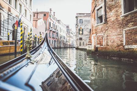 ベネチア運河とゴンドラ 写真素材