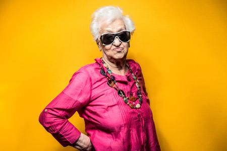 Portret babci w studio. Pojęcia dotyczące stażu pracy