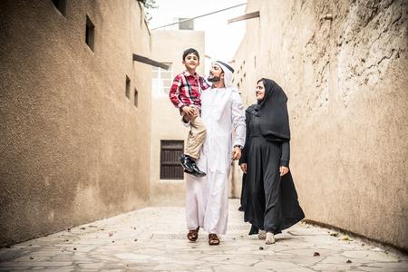 子供と遊ぶアラビアの家族