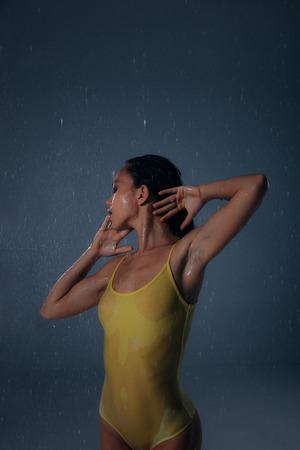 Vrouw die pret heeft onder de regen