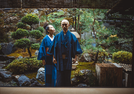 伝統的な日本の家でシニアカップルのライフスタイルの瞬間