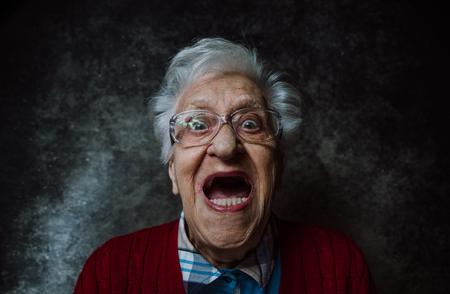 할머니 초상화 스튜디오에서 설정합니다. 연공 서열에 대한 개념