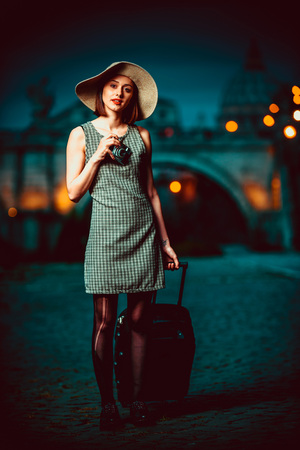 Beautiful model posing in Rome with vatican view Stockfoto - 95071899
