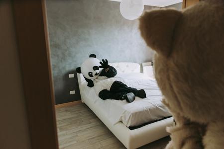 Mannen met dierenkostuums brengen tijd door in het huis