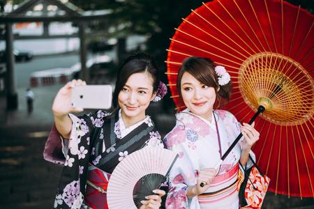 着物の伝統的な服を着た2人の日本人の女の子、ライフスタイルの瞬間