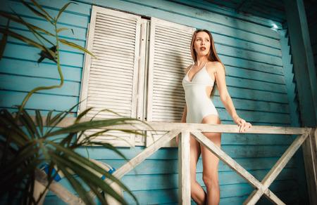 belle fille posant dans sa maison d & # 39 ; été