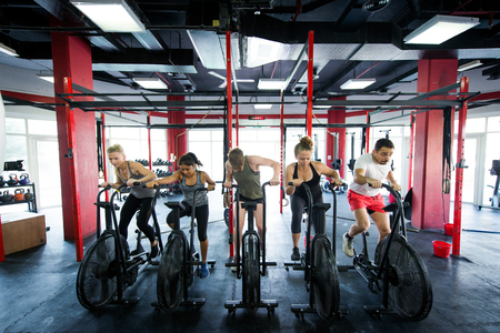 Muscular athletes training in a crossfit gym - Functional training workout in a gym Banque d'images