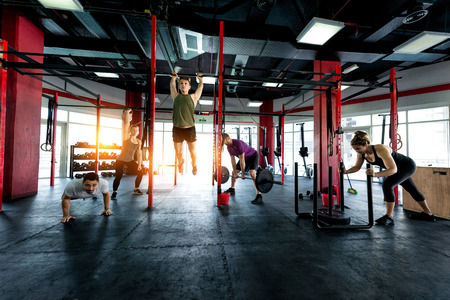 Muscular athletes training in a crossfit gym - Functional training workout in a gym Foto de archivo