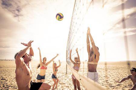 Gruppe Freunde , die Beachvolleyball am Strand spielen Standard-Bild - 98083290